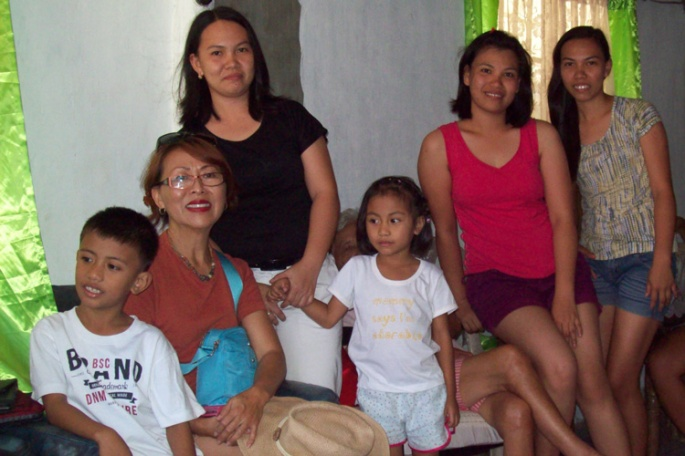Our hosts, Madel, Izen, & Maricris with the two little ones, Emmanuel & Sophia.